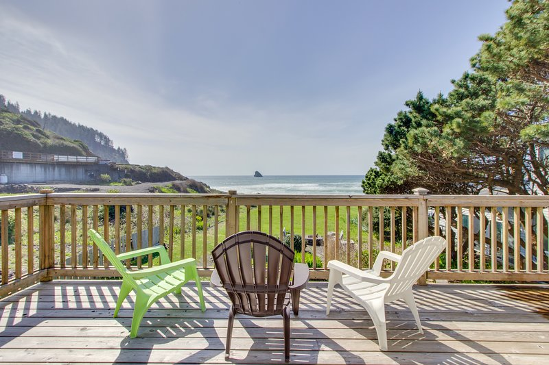 Oceanfront, Dog-Friendly Cottage with Private Hot Tub and Wood-Burning Fireplace, holiday rental in Bay City