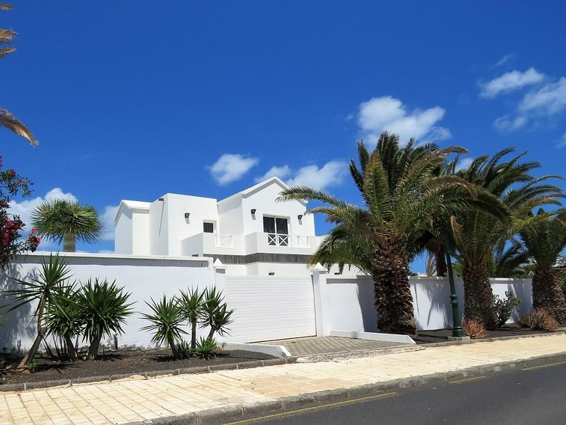 Casa Broon - Stunning and Unique Self Catering Villa with accommodation options, vacation rental in Costa Teguise