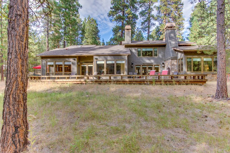 Stunning updated home w/ shared pool/hot tub & plenty of space to enjoy!, location de vacances à Central Oregon