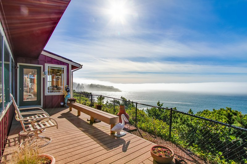 Historic waterfront home w/ ocean views, great location, dogs OK!, location de vacances à Depoe Bay