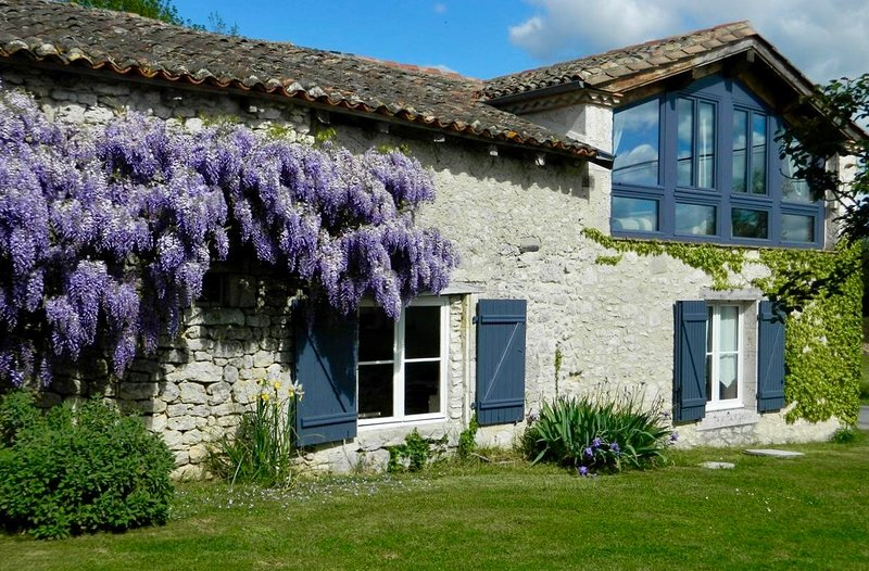 LES GRANGES L'ESTANG. The Old Barn. Large 4 bed Gite, sleeps 9, swimming pool., holiday rental in Eymet