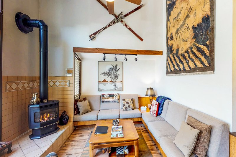 Bright & cozy, walk to Squaw Valley Village in 10 minutes! Chalet in Squaw Valley