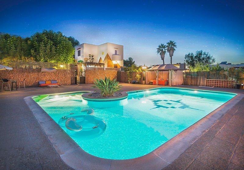 Villa Can Africa een groot zwembad, zelfs groter dan wat de foto's uitbeelden.