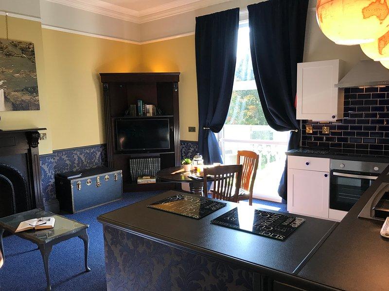 Cuisine salle à manger et salon de télévision avec balcon