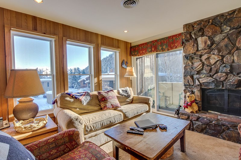 Dog-friendly home w/shared hot tub - walk to Bald Mountain ski lifts!, vacation rental in Ketchum