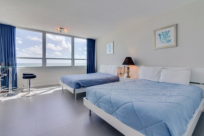 Oceanfront studio w/ views, beach access, a shared pool & resort amenities!, holiday rental in North Bay Village