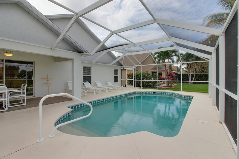 Quiet Fort Myers getaway w/ private, screened-in pool; close to beaches & golf, holiday rental in Biggar