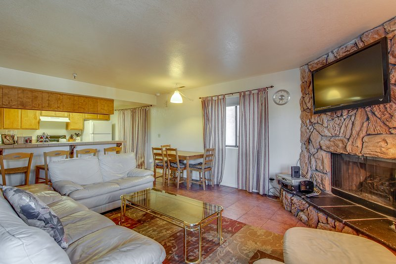 Convenient and easy basecamp home, close to skiing and aquatic activities!, holiday rental in Moonridge
