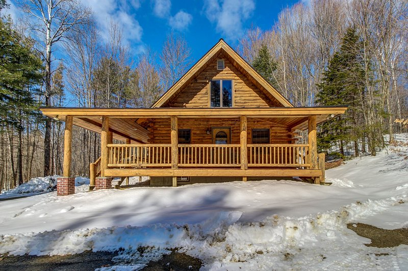 Log home perfect for a family getaway - 5 miles to Okemo Mtn Resort!, vacation rental in Proctorsville