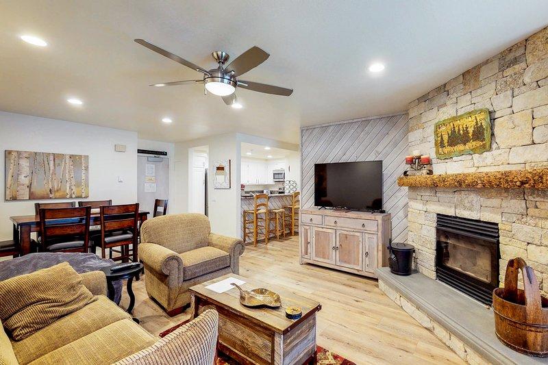 Enjoy a spacious corner condo w/ shared hot tub, sauna, & summer pool Chalet in Mammoth Lakes