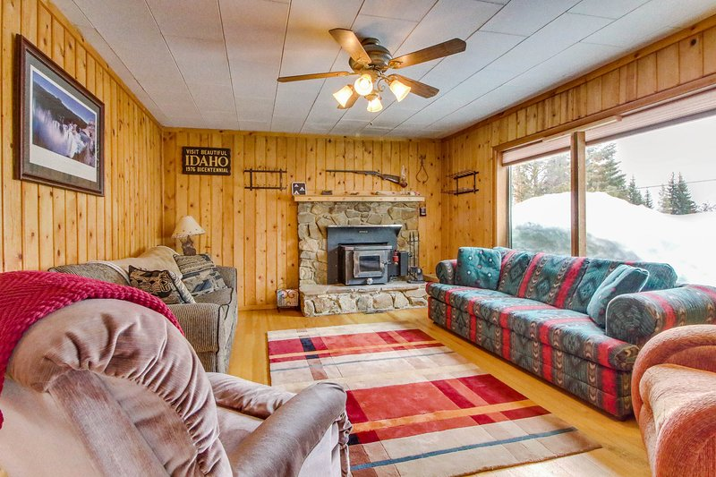Cozy cabin w/ gourmet kitchen - close to Payette Lake with outdoor firepit!, vacation rental in Tamarack