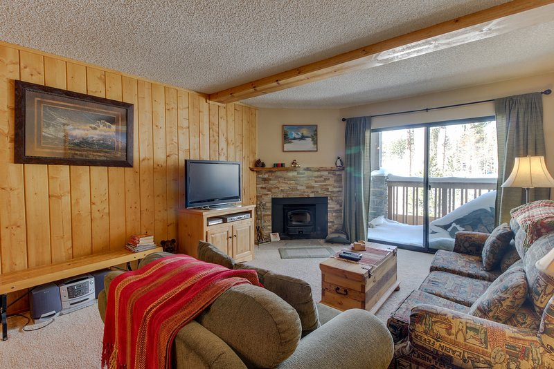 Cozy condo with golf course view plus shared pools, hot tubs - close to skiing Chalet in Mammoth Lakes