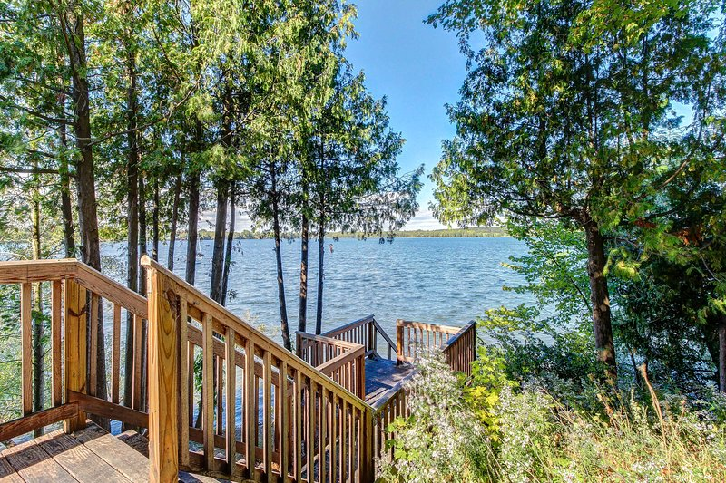 Cozy cottage w/ dock, kayaks, & canoe - come enjoy lakeside living!, location de vacances à Milton