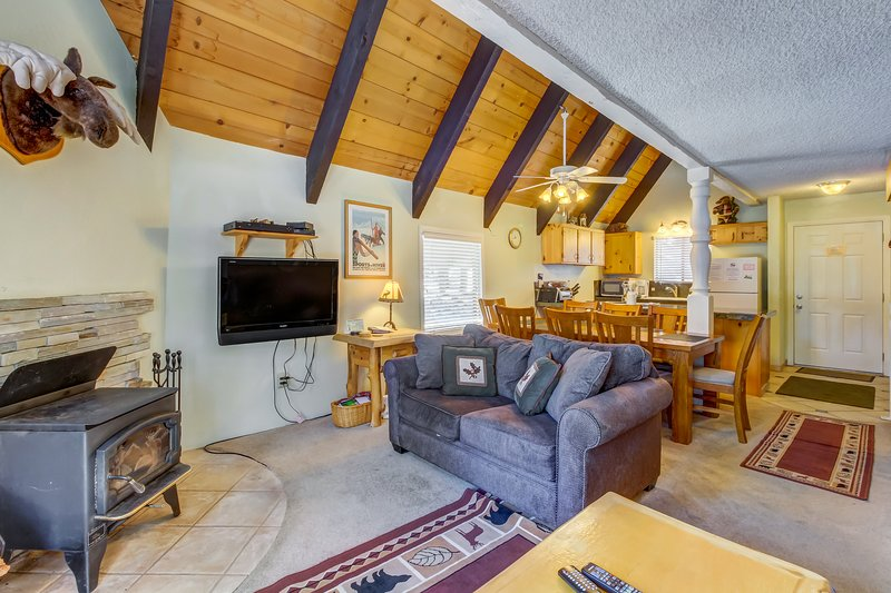 Spacious, updated townhouse with a deck, shared hot tub, and sauna Chalet in Mammoth Lakes