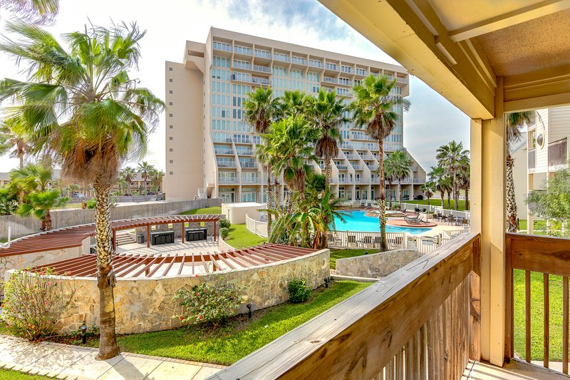 Bright, beachside condo with shared hot tubs, pools, tennis! Small dog OK!, vacation rental in Port Isabel
