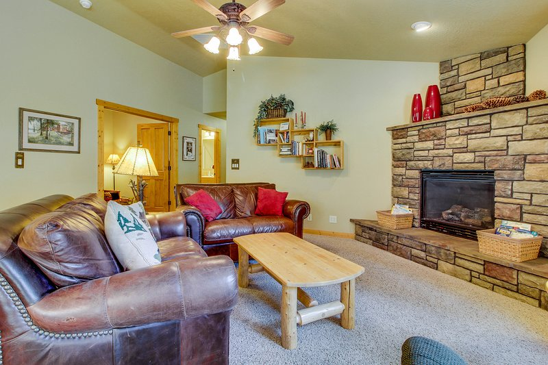 Peaceful mountain hideaway w/ gas fireplace, large back patio & modern comforts, vacation rental in Tamarack