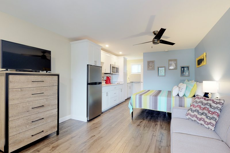 Comfortable studio w/ shared pool, terrace & BBQ - near beaches/attractions!, holiday rental in North Berwick