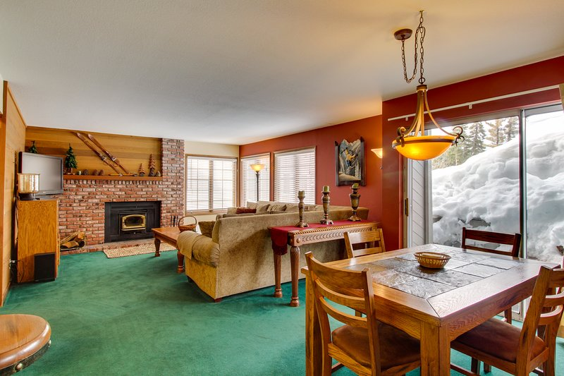 Updated rental with shared hot tub, pool & sauna, updated kitchen & more Chalet in Mammoth Lakes