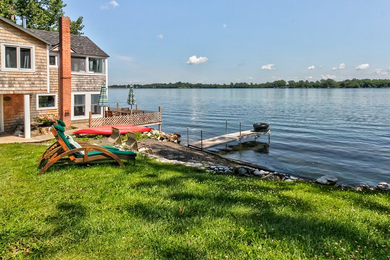 Dog-friendly lakeside cabin with enclosed yard - fish right off your new deck, location de vacances à Isle La Motte