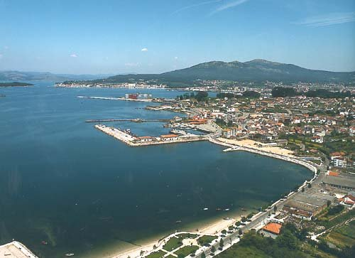 Vista aérea de la playa y puerto