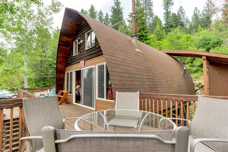 Dog-Friendly Waterfront Cabin w/ Dock, Boat Slip, Patio, Deck & Mountain Views!, holiday rental in Dalton Gardens