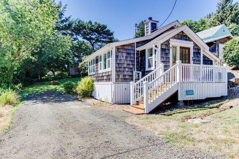 Cozy cottage with lovely ocean views - walk to the beach and town!, vacation rental in Yachats