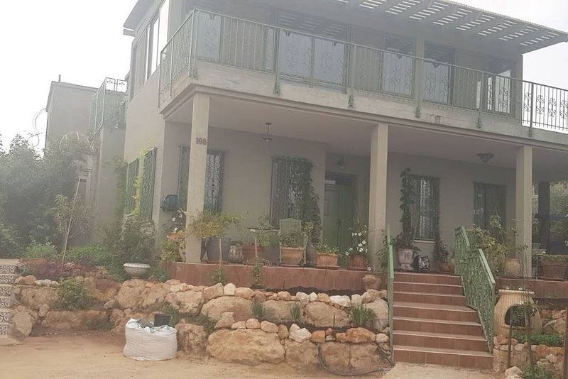 A Dream DELUXE  ground floor apartment, vacation rental in Mi'ilya