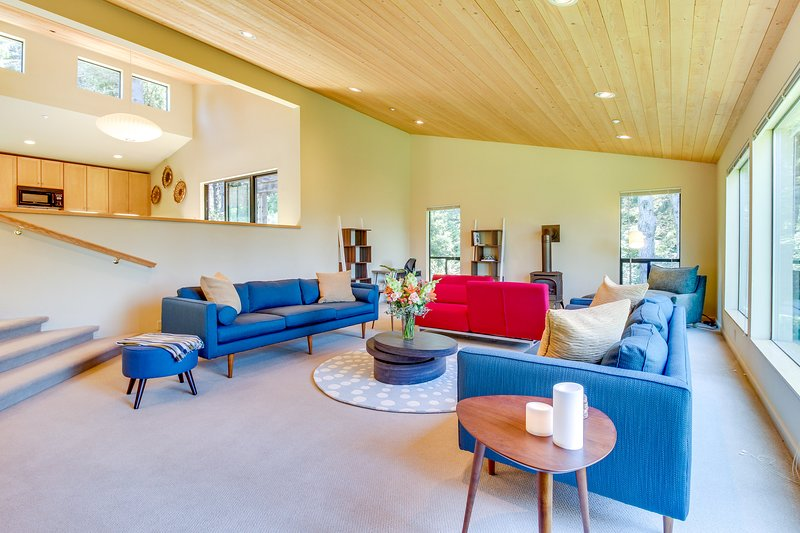 Modern, spacious home  w/ 2 gorgeous decks & shared pools/saunas - 2 dogs OK!, vacation rental in The Sea Ranch