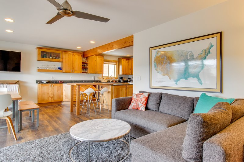 Modern townhouse w/ shared pool, ski & mountain views - walk to slopes!, holiday rental in Purgatory