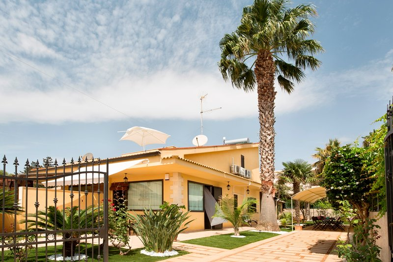 Namaste, villa a 500 metri dalla spiaggia, vacation rental in Santa Croce Camerina