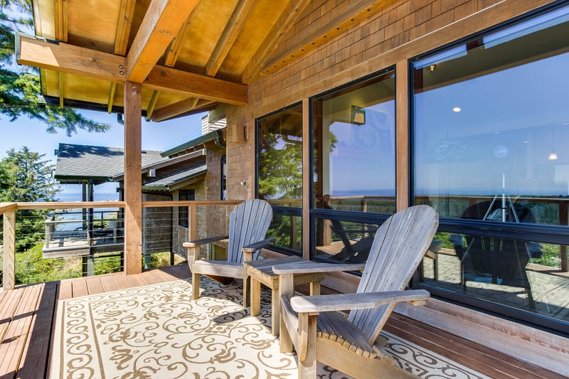 Beautiful home w/ private deck and stunning coastal views, one mile to the beach, vacation rental in Pacific City
