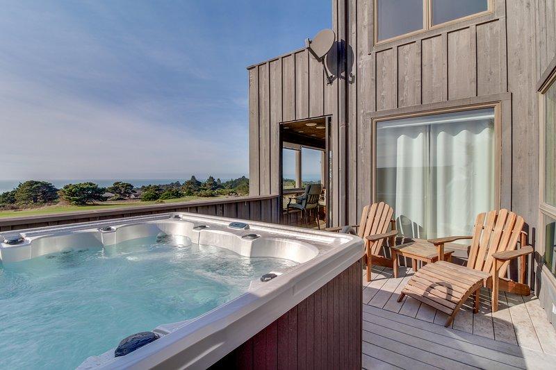 Enjoy decks, ocean views, private hot tub  & shared pool/sauna by golf & trails!, vacation rental in Gualala