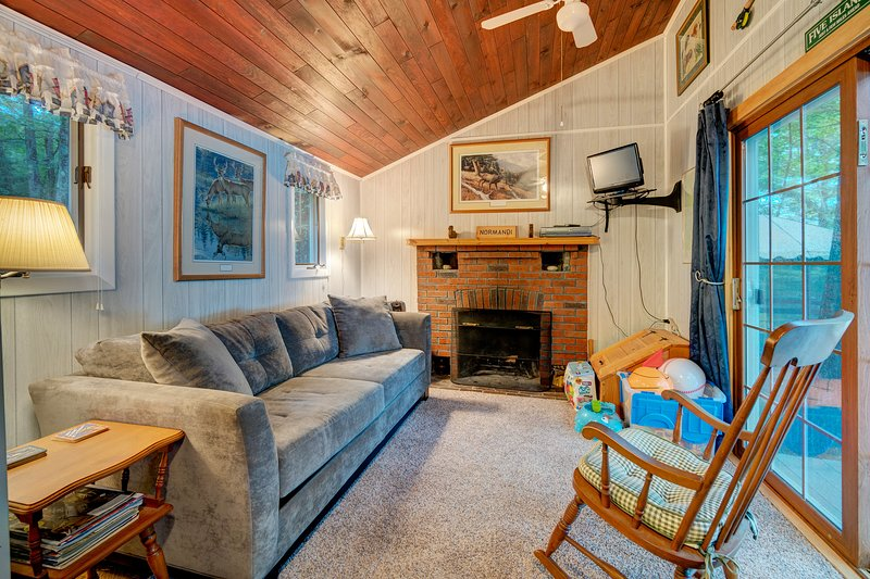 Lakefront views from this charming cottage w/ a fireplace & private dock, location de vacances à Auburn