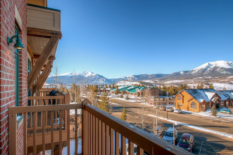 Centrally located studio with stunning views near shopping, dining, and skiing! Chalet in Arapahoe Basin