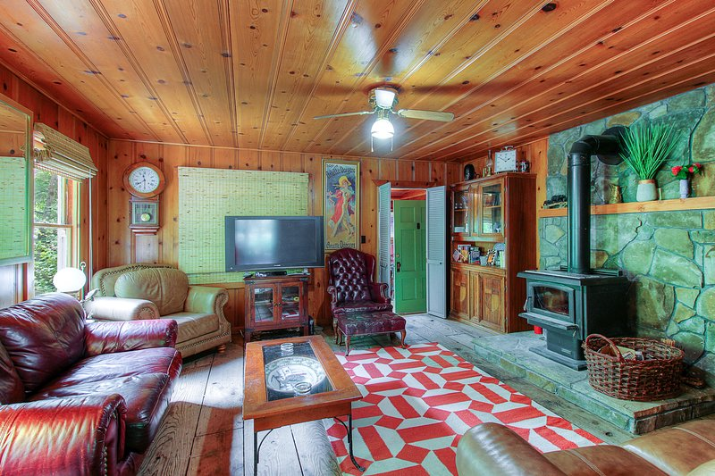 Cozy riverfront cabin w/river view, access & entertainment-dogs OK, vacation rental in Cazadero