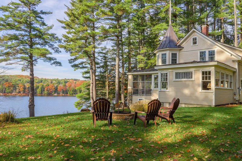 Lovely lakefront home w/ private dock, screened porch, firepit & gorgeous view!, holiday rental in North Turner