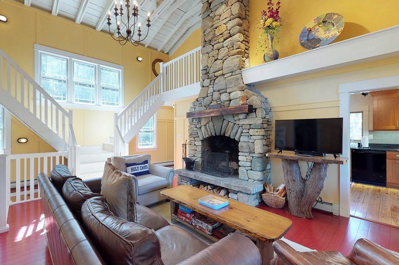 Charming waterfront getaway w/ yard, firepit, dock, kayaks - close to skiing!, vacation rental in Proctorsville