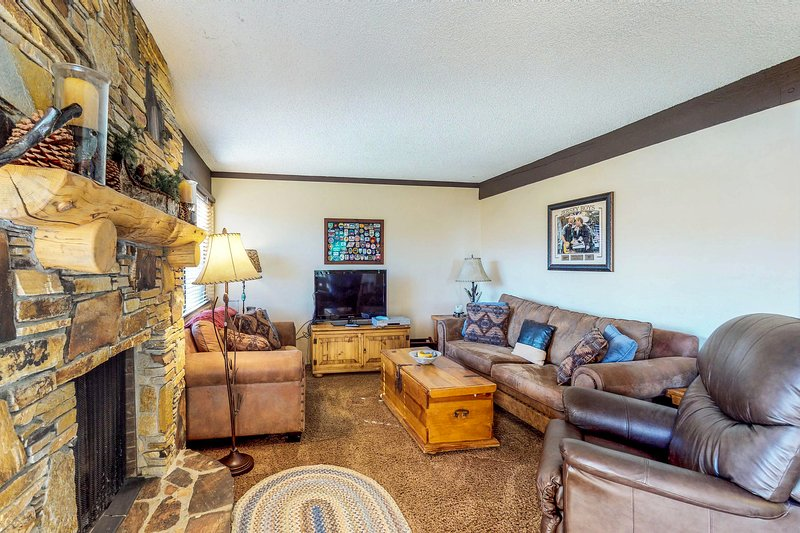 Skier's paradise w/ mountain views, shared pool, hot tub, & game room - dogs OK! Chalet in Mammoth Lakes