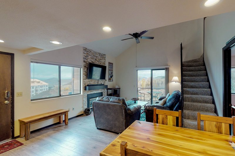 Cozy condo w/ mountain views plus shared pool, hot tub, tennis - close to skiing Chalet in Park City