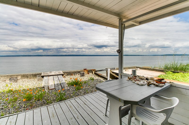 Stylish and private seaside home w/ easy beach access, free WiFi, and views!, location de vacances à Indianola