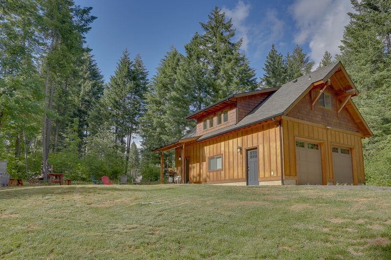 Cozy woodland cabin in a peaceful location w/ free WiFi!, casa vacanza a Trout Lake