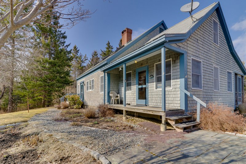Tree-lined cottage w/ screened porch & beach access - four miles to Acadia NP!, holiday rental in Hulls Cove