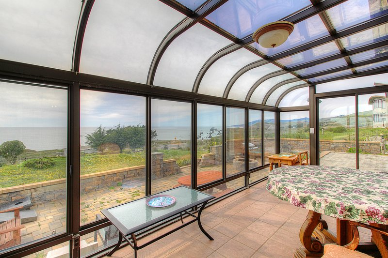 Oceanview home w/ incredible views, sunroom, courtyard - near beaches/trails!, location de vacances à Jenner