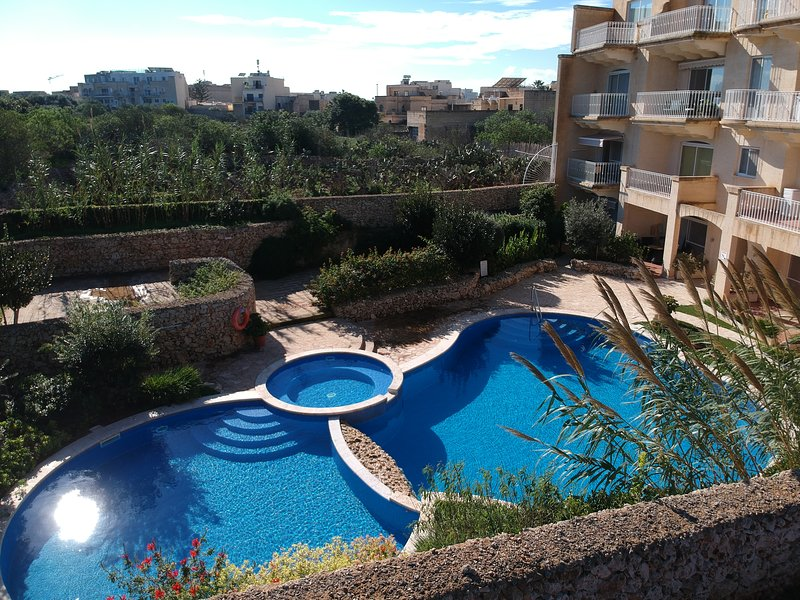 Bright , Modern Pool facing apartment with shared pool and country views, location de vacances à Île de Gozo