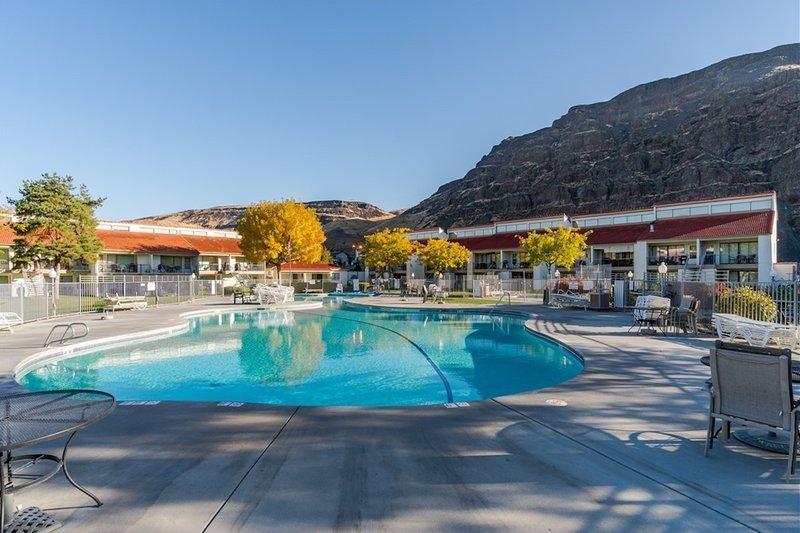Cozy condo w/shared pool, hot tub, right at Crescent Bar!, location de vacances à Quincy
