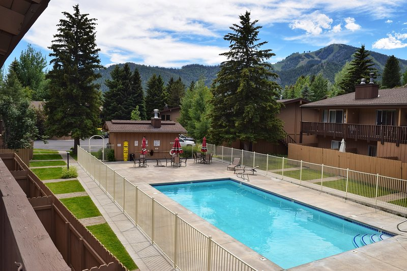 Chalet-style condo w/ pool & fitness room - two miles to Dollar Mountain, vacation rental in Sun Valley-Ketchum