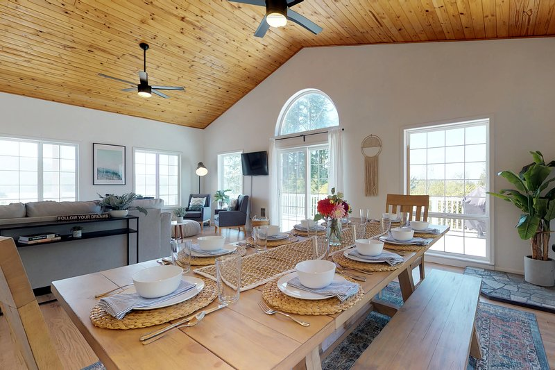 Dog-friendly house with private hot tub and gorgeous bay views!, vacation rental in Pacific City
