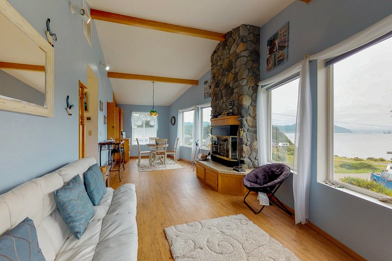 Comfortable, dog-friendly house right in town with ocean and Humbug Mtn views, location de vacances à Port Orford