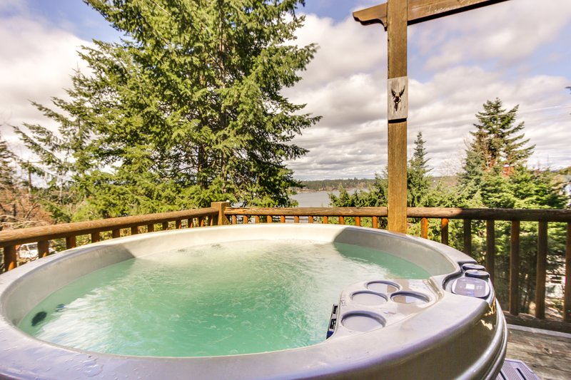 Spacious home w/ private hot tub near the lake, town, and amusement park, location de vacances à Rathdrum