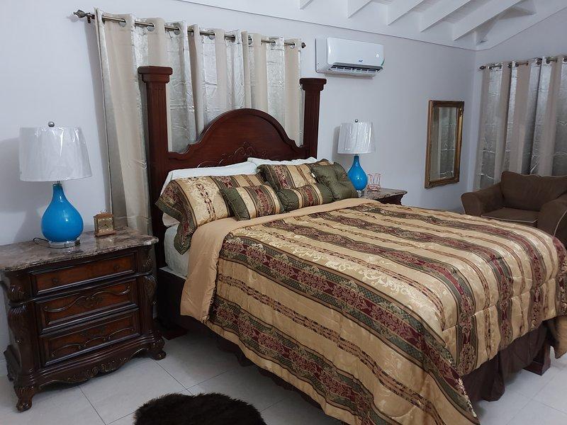 Kensington Oasis- New Kingston (24 hrs security, Free Wifi, Hot water,), vacation rental in Kingston Parish